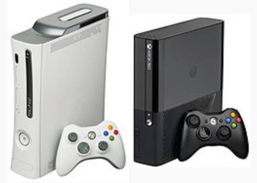 Zum Vergleich: Links die alte Xbox 360, rechts das neueste Modell. (Foto: Microsoft / Wikipedia)