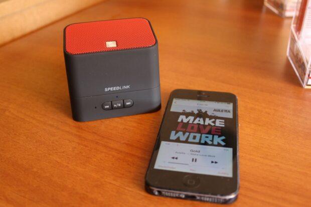 Kleiner Bluetooth-Speaker. Der Token verfügt über rutschfeste Füße - praktisch. (Foto: Sven Wernicke)