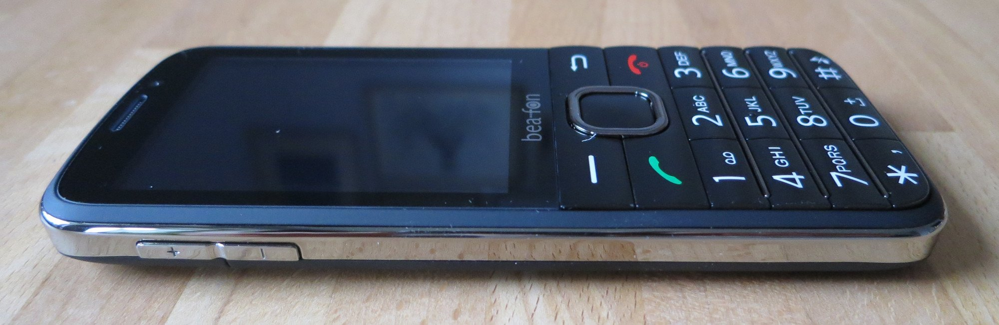 Das Senioren-Smartphone Bea-fon SL820 bringt Internet aufs Gerät, ist aber noch nicht ganz smart (Bild: Peter Giesecke)