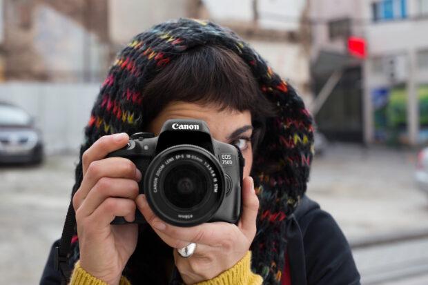 Für Streetart-Fotografen lange Zeit ein Muss: Eine Spiegelreflexkamera wie hier von Canon