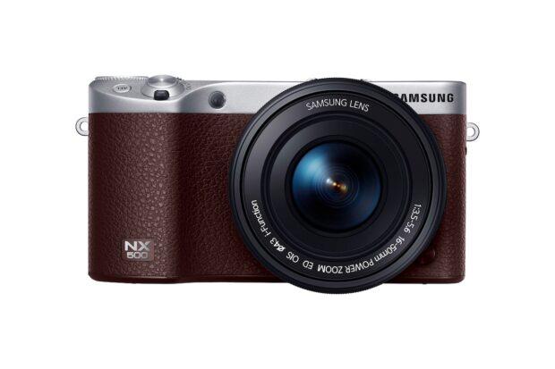 Samsung NX 500. Charakteristisch für Systemkameras: Kleines Gehäuse, wechselbares Objektiv, kein Spiegel
