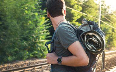 Auch beim Wandern sollte die richtige Smartwatch dabei sein.