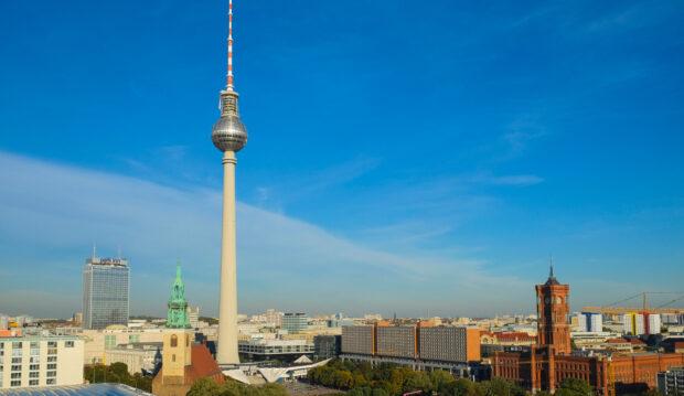 Auch der Fernsehturm am Berliner Alexanderplatz sendet über DVB-T(2). (Bild: Media Broadcast)