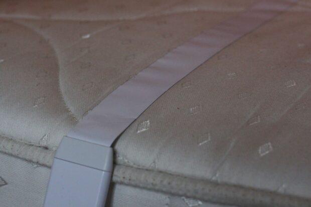 So wird der Sensor auf der Matratze befestigt. (Foto: Sven Wernicke)