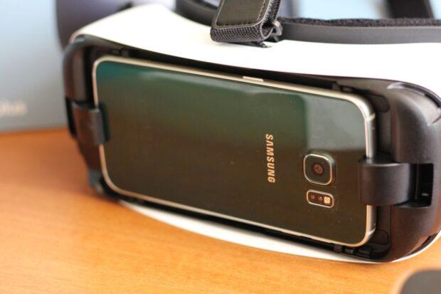 Das Smartphone wird auf der Vorderseite eingesteckt, eine Plastikhalterung befestigt man davor. (Foto: Sven Wernicke)