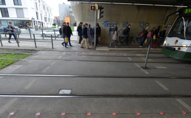 Bodenampel an der Straßenbahnhaltestelle (Bild: Stadtwerke Augsburg)