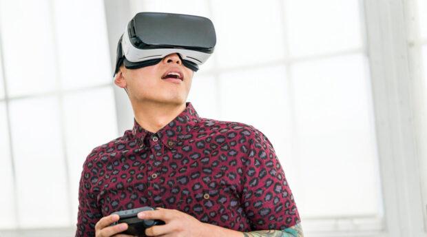 Ein etwas klischeebeladenes Foto. Aber wer das erste Mal die Gear VR benutzt, wird schon erstaunt sein. (Foto: Samsung)