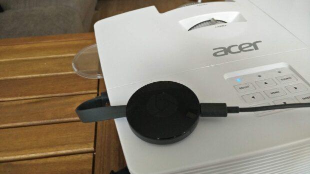 Einen Google Chromecast direkt mit dem Projektor verbinden? Ja, das geht – eine Steckdose in der Nähe vorausgesetzt.