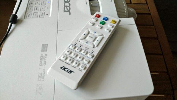 Eine Fernbedienung liegt dem Acer H6517 BD+ bei.