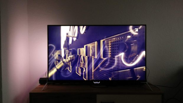 Schon chic: Ambilight am Philips 49 PUK 7100