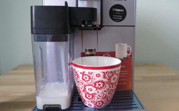 Der Philips HD 8847/11lässt den Espresso über zwei Düsen in die Tasse strömen (Bild: Peter Giesecke)
