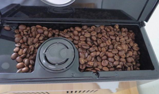 Der Philips HD 8847/11bietet ausreichend Platz für eine Packung Espressobohnen (Bild: Peter Giesecke)