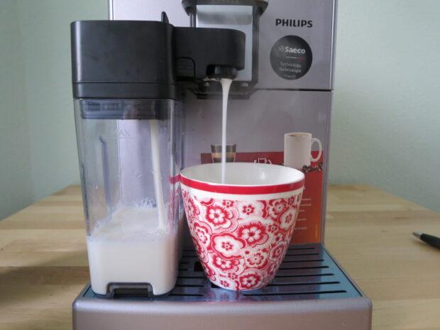 Der Milchbehälter des Philips HD 8847/11 und die Tasse kommen sich ganz schön nah (Bild: Peter Giesecke)