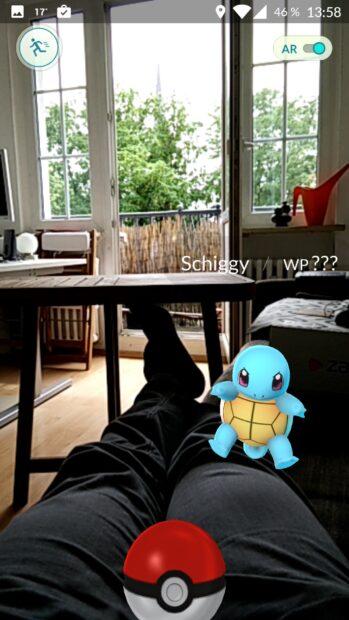 """Hallo auch! Das erste Pokémon-""""Monster"""" begrüßt euch auch zuhause auf der Couch."""