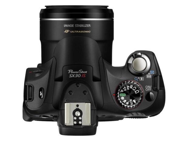 Bridgekamera (Canon PowerShot SX30): Auf den ersten Blick kaum von einer Spiegelreflexkamera zu unterscheiden. Das Objektiv ist allerdings fest verbaut. Bild: Canon