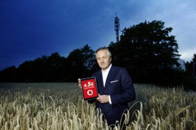Vodafone-Chef Hannes Ametsreiter im Kornfeld. Bild: Vodafone
