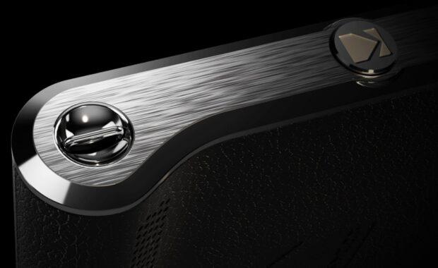 Die Kodak Ektra hat auf der breiten Seite eine Schlaufenhalterung. Hier hätte der Hersteller auch ein Einstellrad unterbringen können.