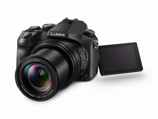"""Lumix-FZ2000: Auch sie fällt unter die Kategorie """"Kompaktkamera"""", dabei ist sie nicht kleiner als eine Spiegelreflexkamera und ähnlich ausgestattet. """"Kompaktkamera"""" heißt sie dennoch, weil ihr Objektiv fest verbaut ist."""