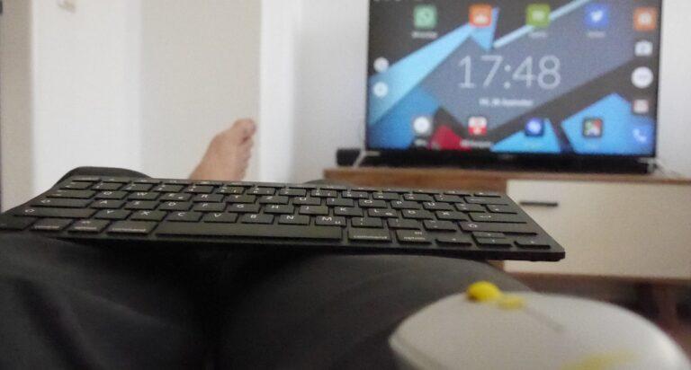 Smartphone, Tastatur, Maus, Fernseher, Füße hoch – am Notfall-PC kann man es sich sogar gemütlich machen.