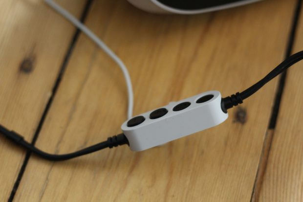 Lautstärkeregler und Einschalter für die Brille. Die mitgelieferten Kopfhörer sind mies. (Foto: Sony)
