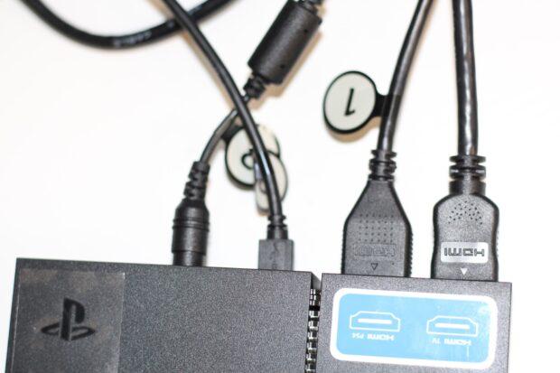 Das sind die ausgehenden Kabel. Vorne gehen noch zwei rein, die wiederum an Adaptern hängen. (Foto: Sven Wernicke)