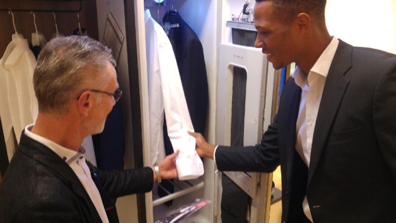 LG Styler: Dampfreinigung im Kleiderschrank entfernt die blöden Falten