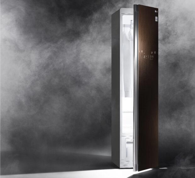 LG Styler kann als weiterer Schrank ins Ankleidezimmer gestellt werden und benötigt nur eine Steckdose (Bild: LG)
