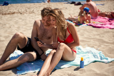 Gar nicht mal nur am Strand: EU-weites Roaming nimmt Reisenden ins benachbarte Ausland eine große Sorge. Bild: Vodafone
