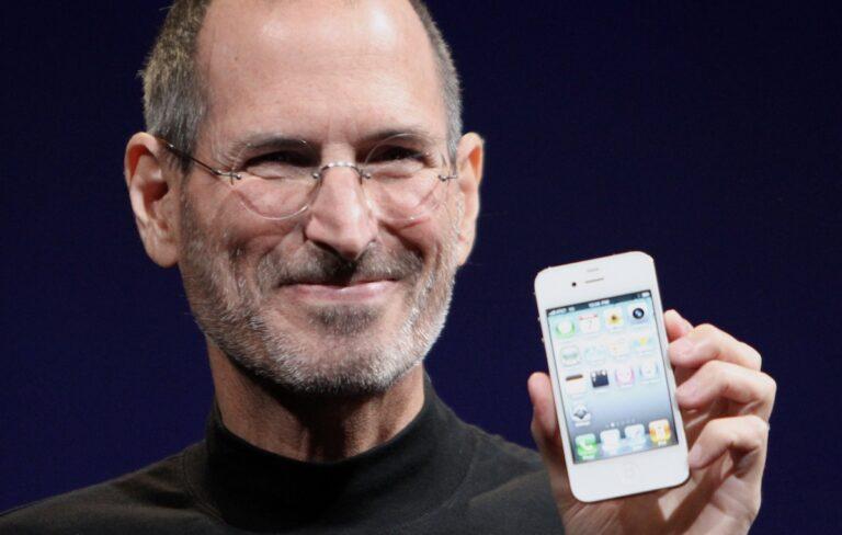 Apple-Gründer Steve Jobs mit dem iPhone 4. Bildquelle: Matt Yohe unter CC-Lizenz BY-SA 3.0