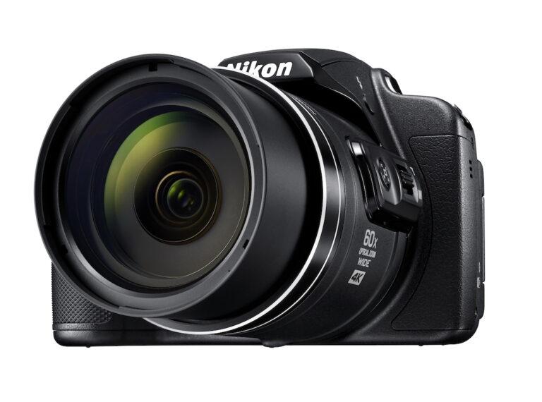 Nikon Coolpix B700: Sieht aus wie eine Spiegelreflexkamera, hat aber nur ein fest verbautes Objektiv und keinen Spiegel, dafür einen 60-fach Zoom. Bild: Nikon