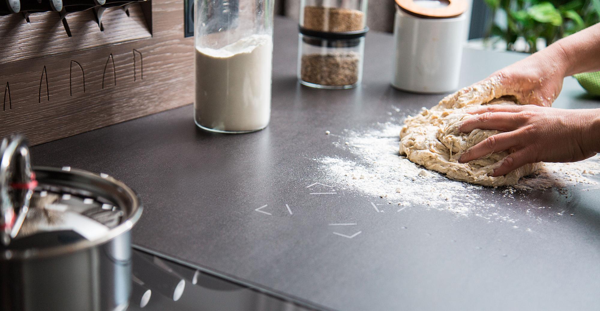 Arbeitsflächen Küche smarte arbeitsfläche touch mit kuchenteig am finger die küche