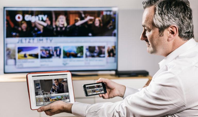 Vodafone GigaTV lässt sich auf allen Geräten empfangen: Smartphone, Tablet und Fernseher (Bild: Vodafone)