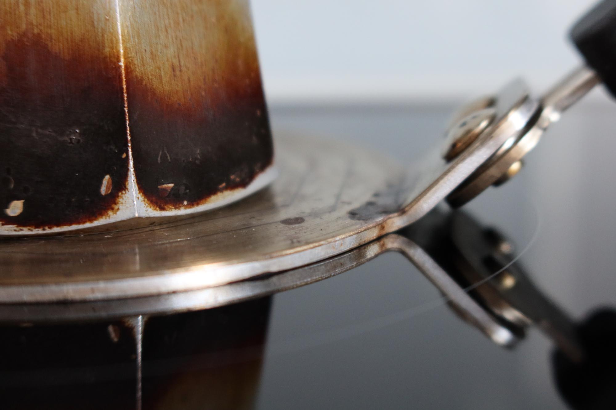 Espressokocher auf einer Adapterplatte für den Induktionsherd