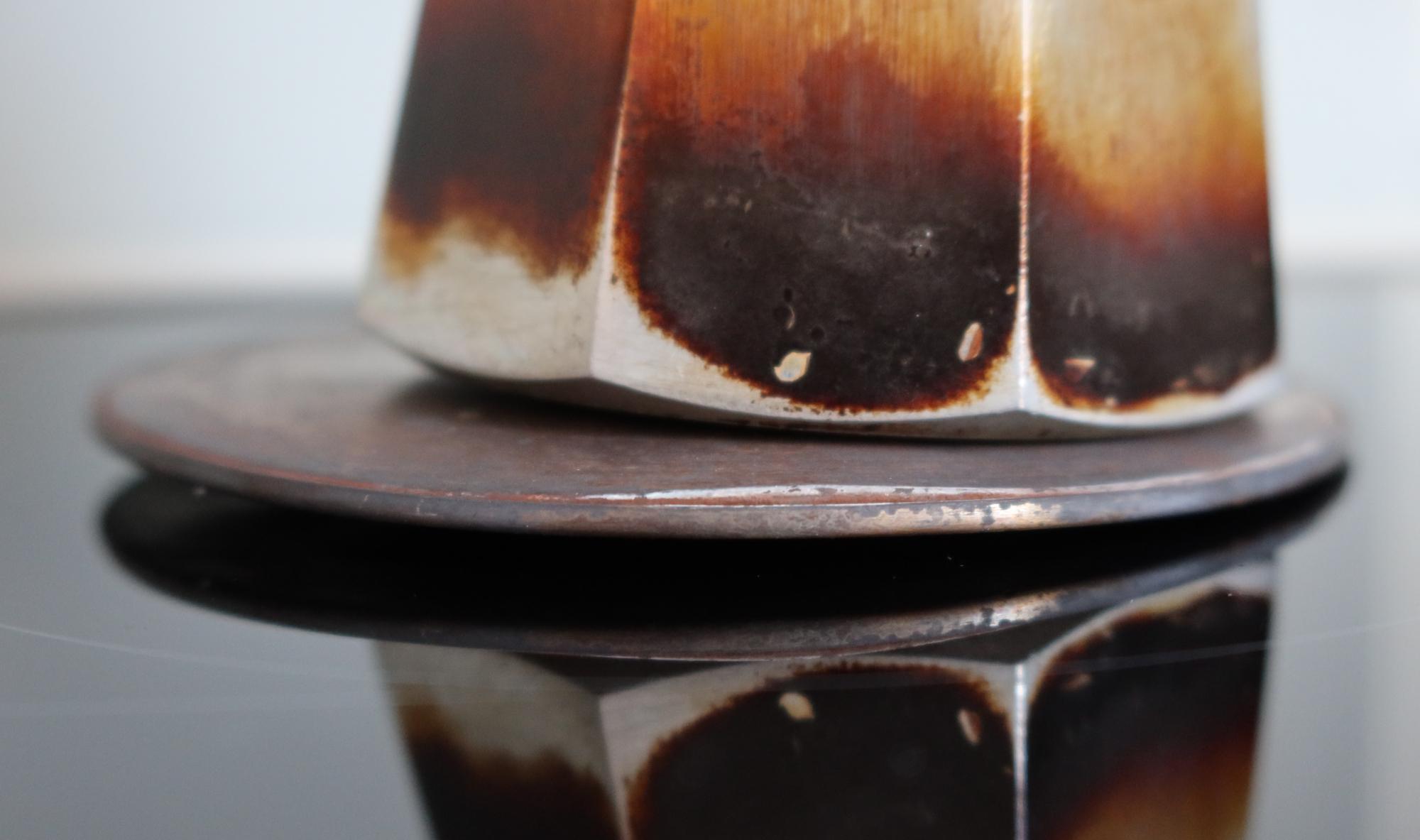 Espressokocher auf einer Adapterplatte für das Induktionskochfeld