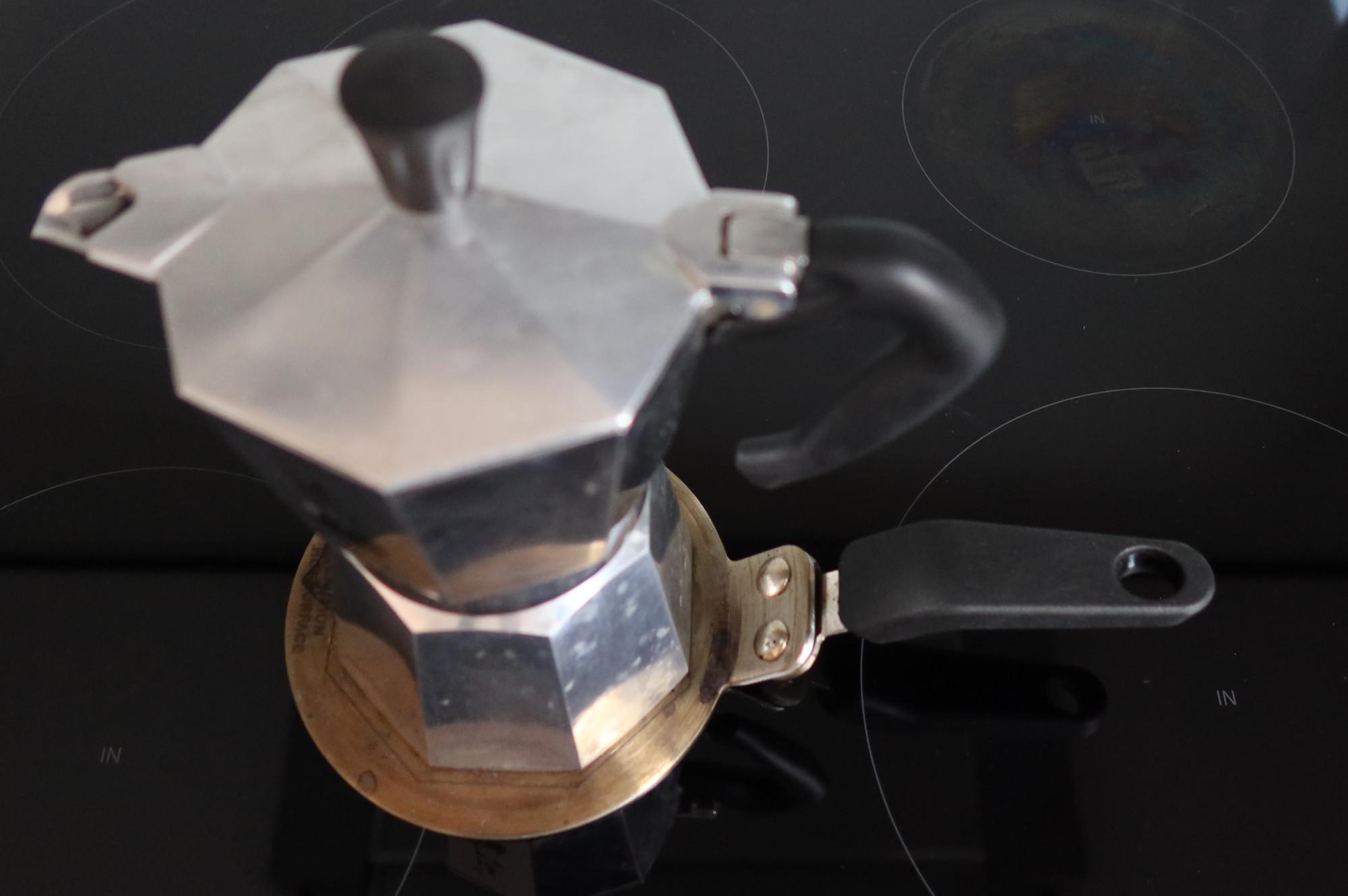 Espressokocher auf einer Adapterplatte für Induktion