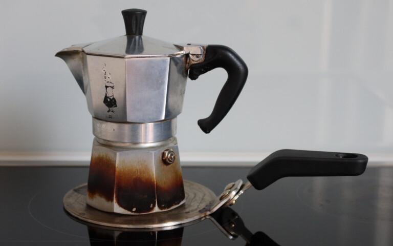 Espressokocher auf Adapterplatte für Induktion