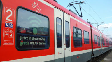 Der Regionalexpress mit Gratis-WLAN ist außen am Aufkleber zu erkennen (Bild: Deutsche Bahn)