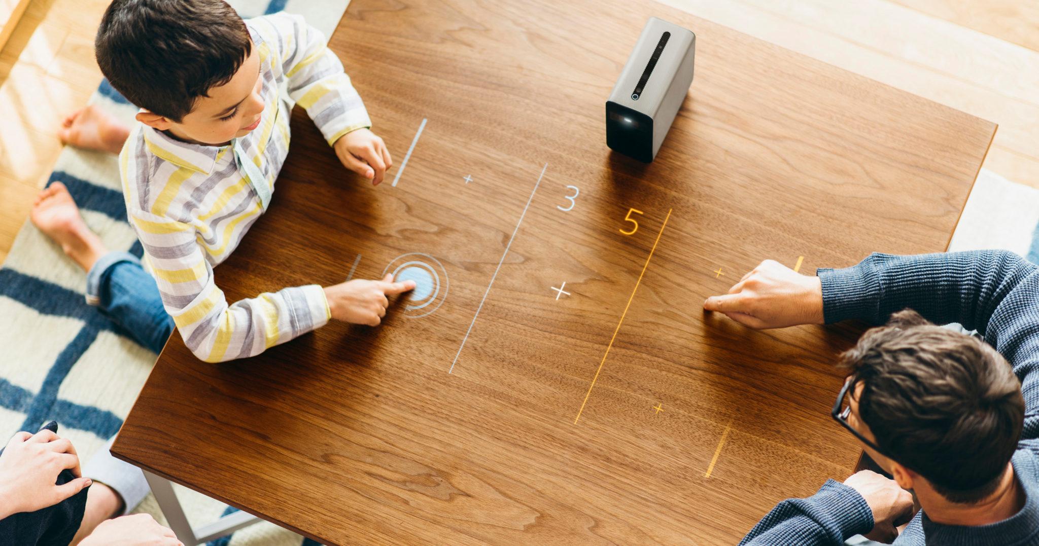 Mit dem Sony Xperia Touch kann ein Tisch auch zum Brettspiel 2.0 werden (Bild: Sony)