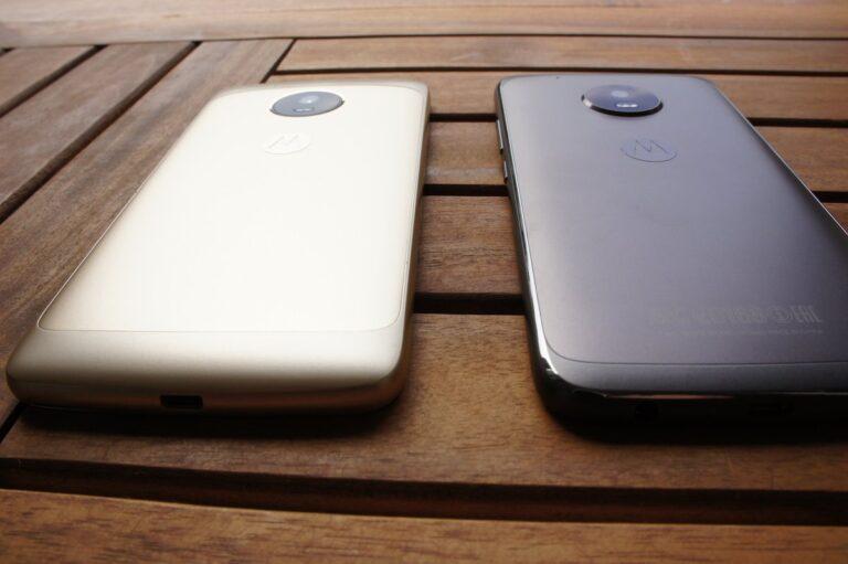 Das Moto G5 links und sein etwas größerer Bruder Moto G5 Plus