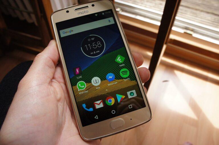 Moto G5 mit eingeschaltetem Display