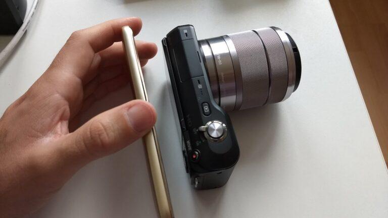 Dünn, aber ginge auch noch dünner. Ein Smartphone im Vergleich zu meiner alten Sony NEX-3-Kamera.