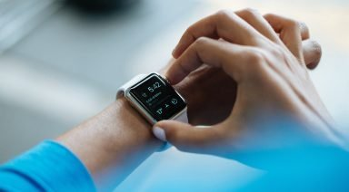 Arm mit Smartwatch (Bild: Pixabay/Free-Photos)