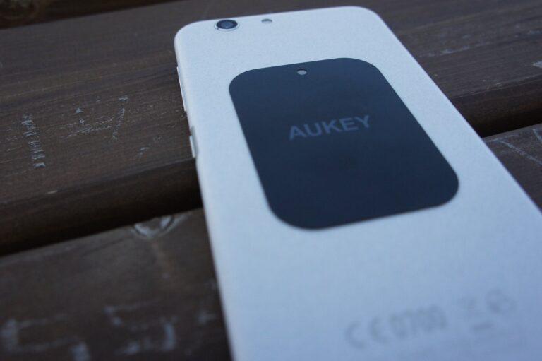 Metallplatte pappt das Smartphone an die Halterung