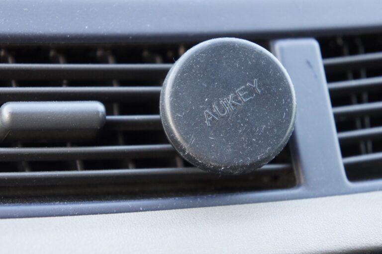 Wer keine Lust darauf hat, dass das mit Saugnäpfen angebrachte Navi immer herunterfällt, nimmt eine Kühlerhalterung wie hier von Aukey.