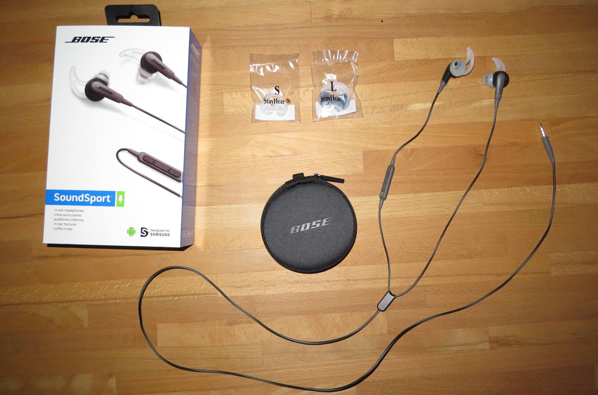 Der Kopfhörer Bose SoundSport wird mit Earbuds in mehreren Größen und mit einer Tragetasche geliefert (Bild: Peter Giesecke)