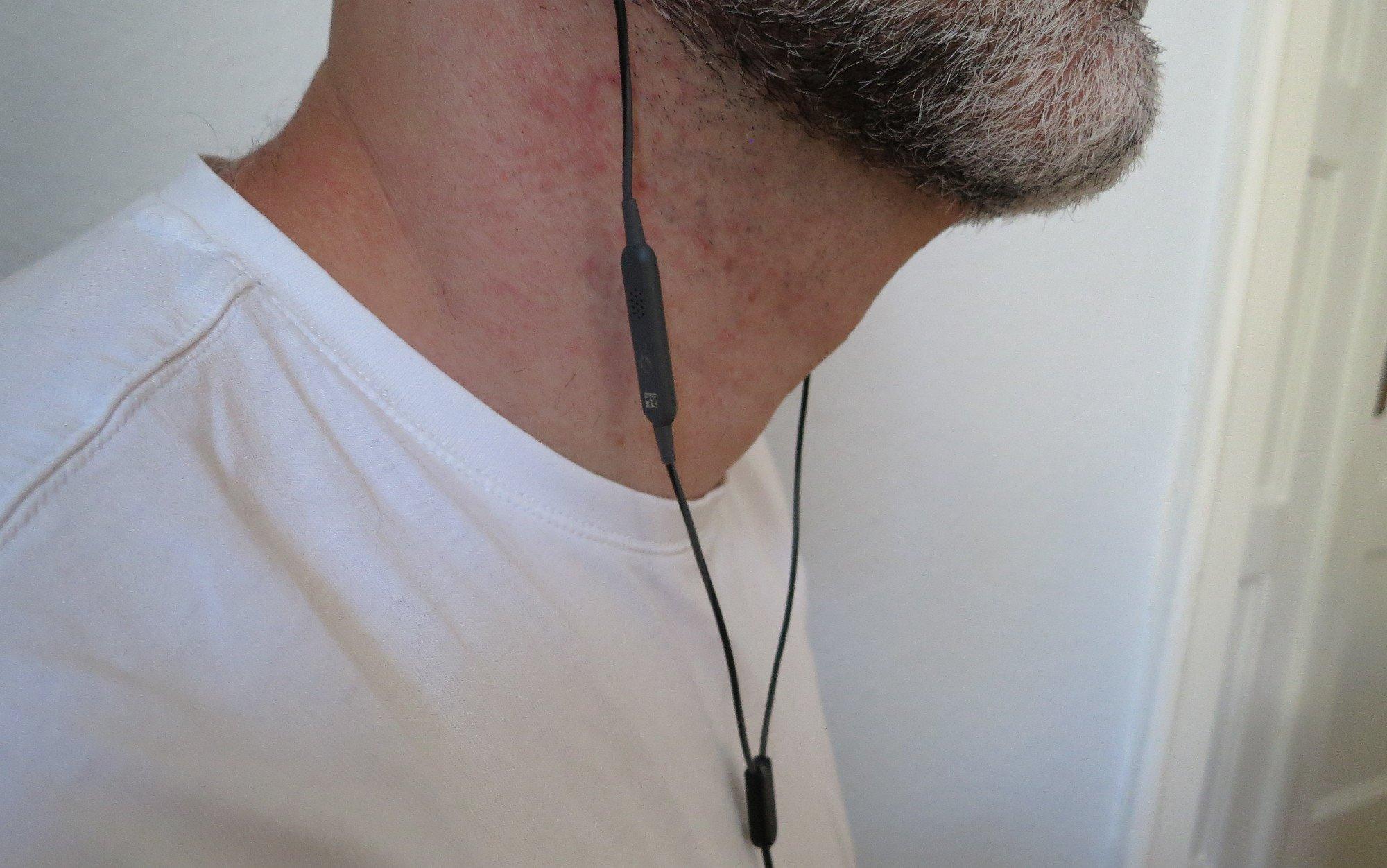 Die drei Knöpfe des Kopfhörer Bose SoundSport sind für Rechtshänder leicht zu erreichen. Das Mikrofon auf Höhe des Halses sorgt für einen guten Klang (Bild: Peter Giesecke)