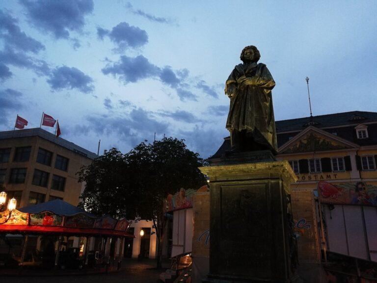 Abenddämmerung vor dem Bonner Beethoven-Denkmal. Beim guten Ludwig van sind die konzentrierten Gesichtszüge nicht mehr zu erkennen.