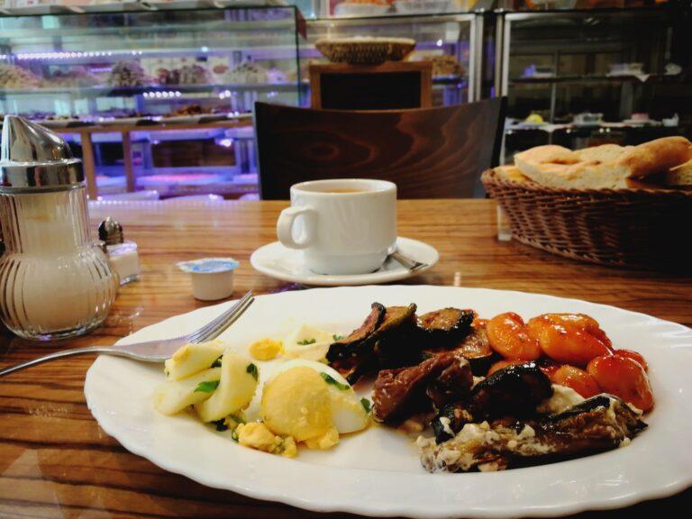 Frühstückszeremonie morgens. Lichteinfall von links.