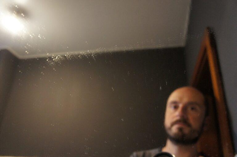 Zwischenstufe, hier am Beispiel meines Badezimmerspiegels: Eingesprüht, geputzt, jetzt muss nur noch mit dem WV2 gesaugt werden. Und zwar schnell. Sonst...