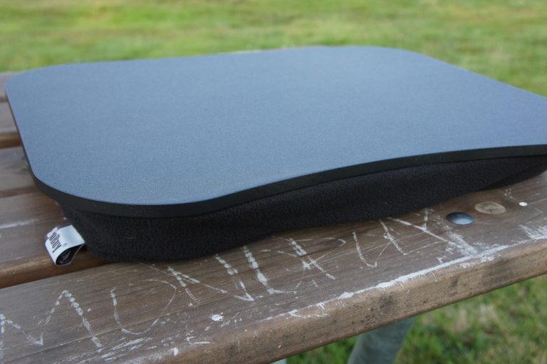 Sobuy Laptop-Kissen: Harte Oberfläche, weiche Unterlage. Ließe sich auch im Bett benutzen.